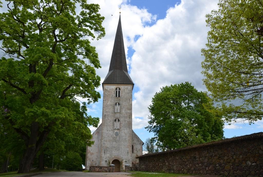 Lutherse kerk en Zweedse muur bij kasteel Jaunpils in Letland
