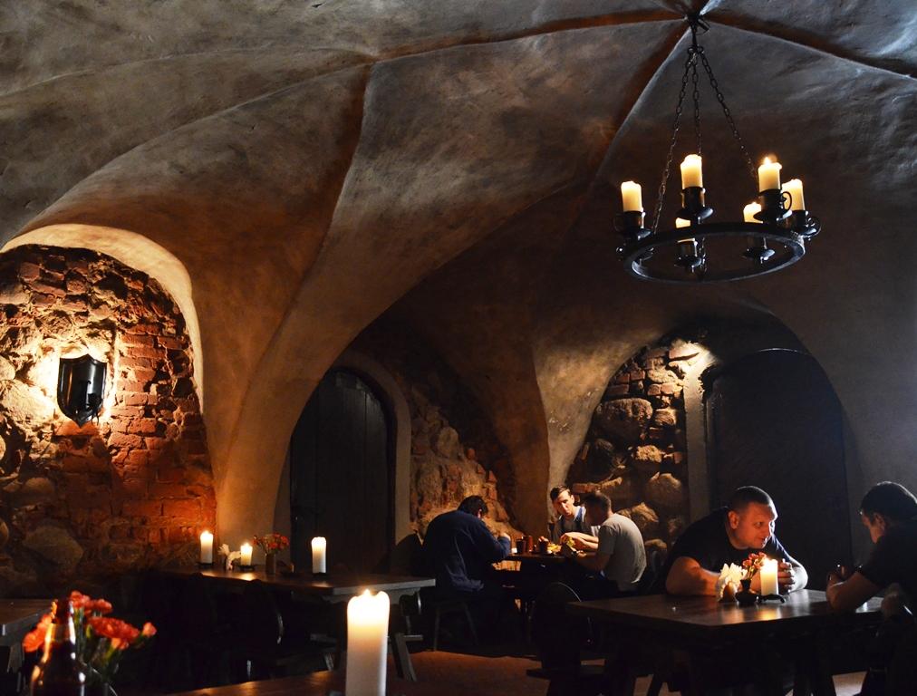 Middeleeuws lunchen in kasteel Jaunpils in Letland